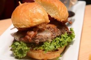 美式餐廳 Chili's 推出新口味 匠藝漢堡 大份量牛肉漢堡汁多味美啊