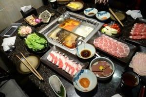 海底撈火鍋 - 是我在台灣吃過最棒的麻辣鍋底,服務親切又熱忱