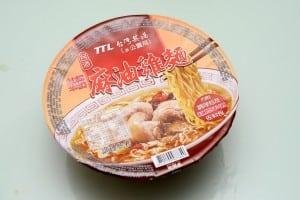 台灣菸酒的麻油雞泡麵 湯頭逼真的不像泡麵!